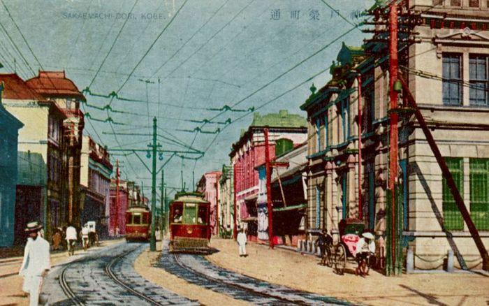大正14年(消印)の神戸の栄町通2丁目、右の建物はかつて政友会の原敬が頭取を務め、小林一三が大阪支店長だった旧北濱銀行(摂陽銀行と改称)の神戸支店の建物